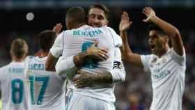 Sergio Ramos abraza a Benzema.
