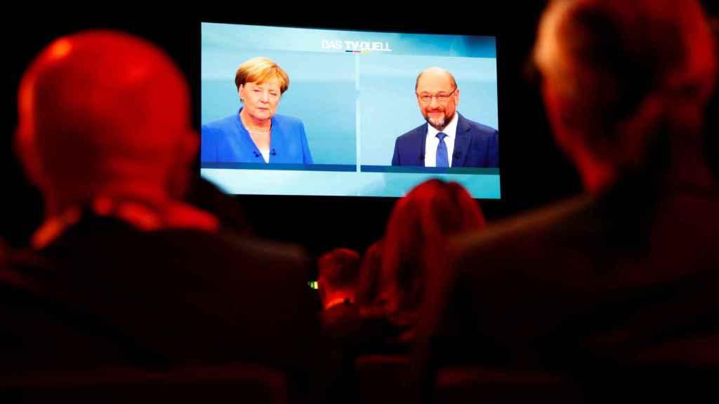 Periodistas alemanes ven el debate entre Merkel y Schulz.