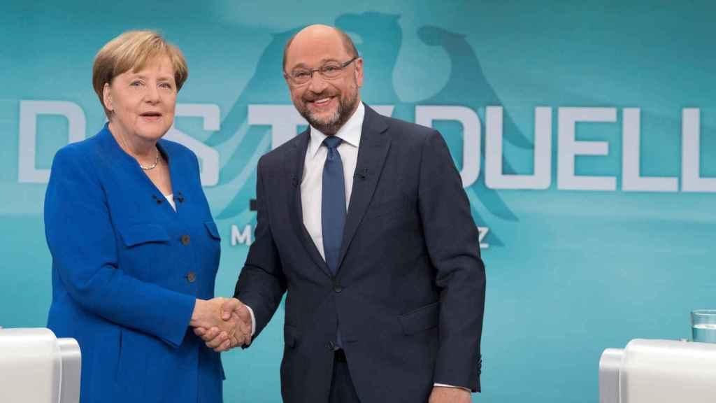 Merkel y Schulz se saludan durante el debate.