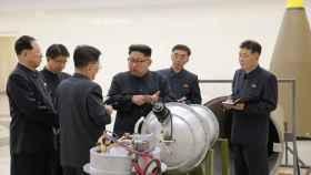 Kim Jong Un supervisa uno de sus misiles