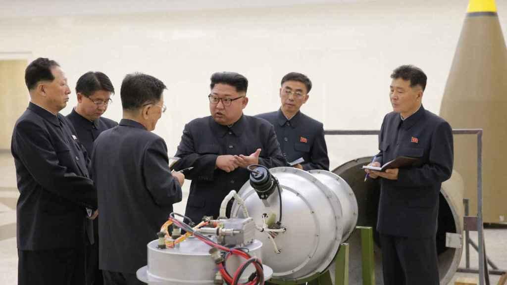 Kim Jong-un inspecciona una supuesta nueva bomba de hidrógeno. Foto: Agencia Central de Noticias de Corea (KCNA)