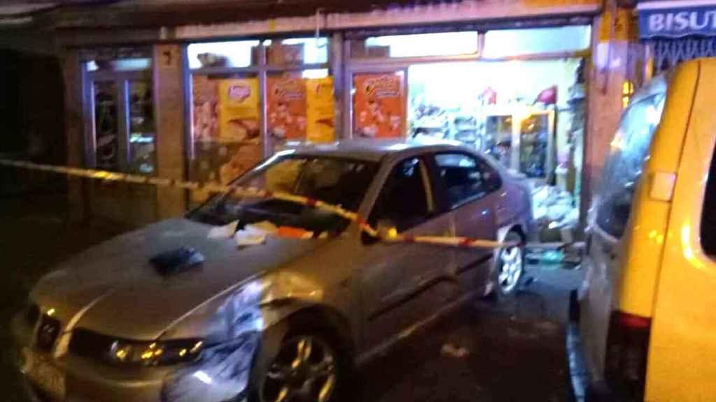 El coche se empotró contra el escaparate del local.