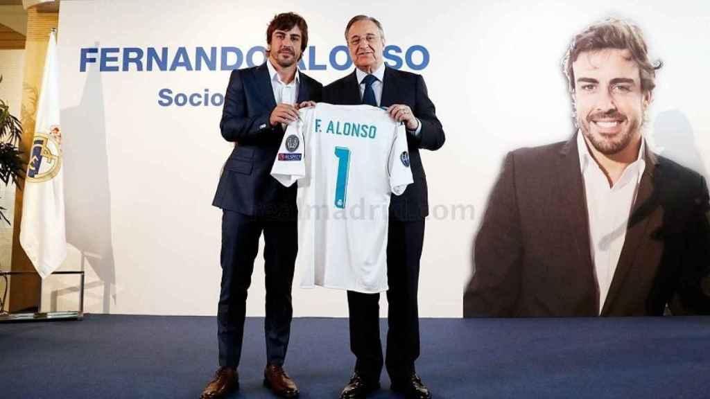 Fernando Alonso y Florentino Pérez posan en el palco de honor