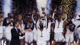 La selección de EEUU recibe el título de campeona del mundo de manos del rey Felipe VI.