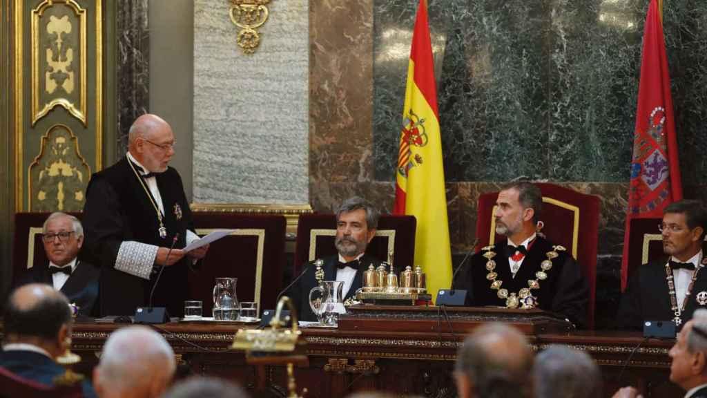 El fiscal general del Estado, José Manuel Maza (i), pronuncia su discurso durante la solemne sesión de apertura del año judicial 2017/2018 presidida por el rey Felipe VI.