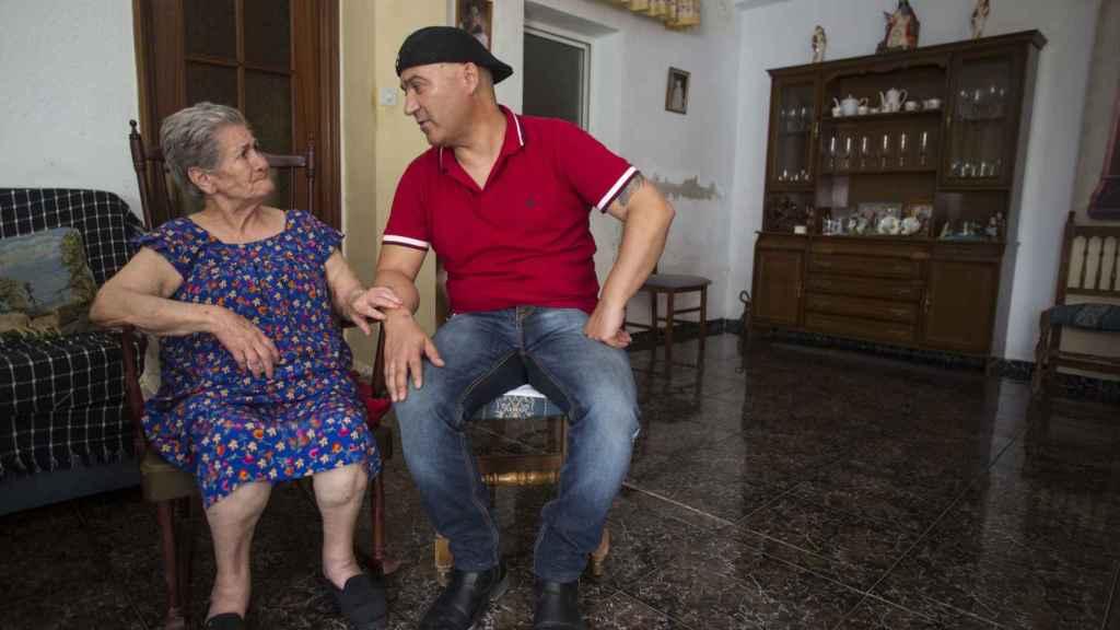 Andrés Bódalo junto a su madre Lorenza Pastrana, de 78 años, en el domicilio materno.