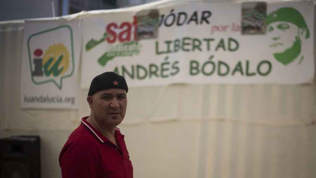 Una pancarta reclamando libertad para Bódalo en la caseta de IU durante la feria de Jódar (Jaén).