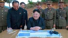 Kim Jong-Un durante un ensayo balístico.
