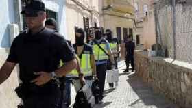 Agentes de la Policía Nacional tras registrar uno de los domicilios en Melilla.