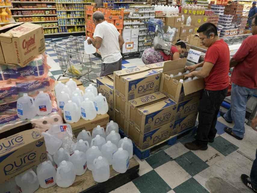 La ciudadanía de Miami compra provisiones de cara al huracán.