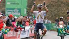 Stefan Denifl al imponerse en la 17ª etapa de la Vuelta.