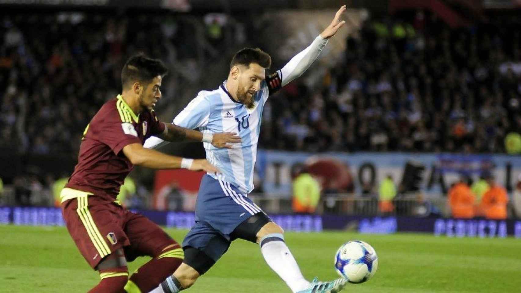 Messi disputa un balón frente a Venezuela. Foto Twitter (@Argentina)