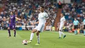 Achraf realizando un pase. Foto: Pedro Rodríguez / El Bernabéu