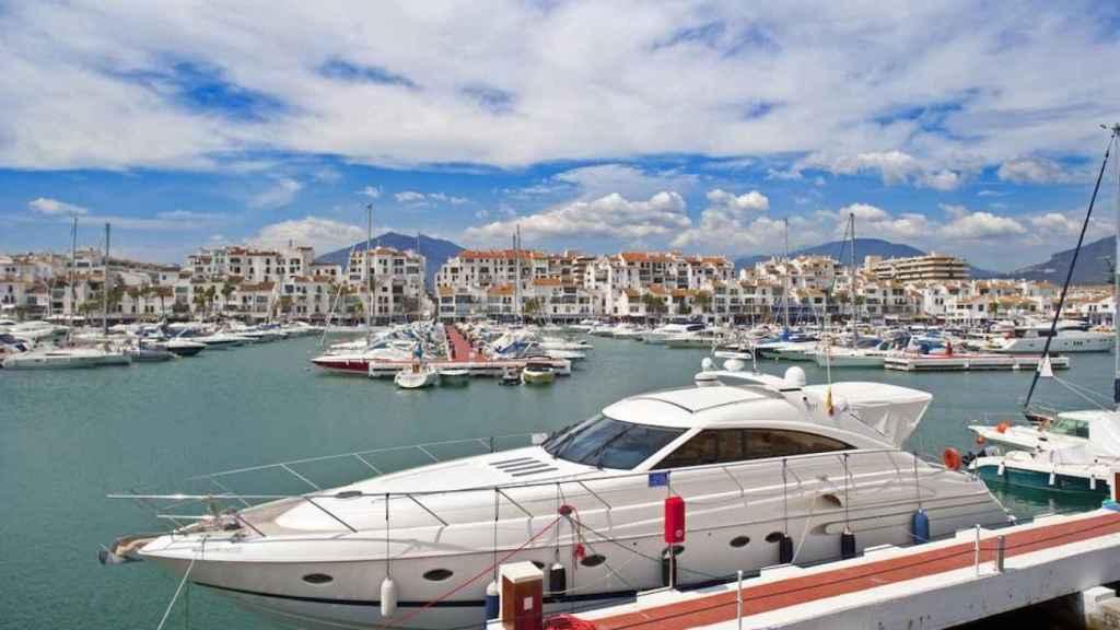 Vista general de Puerto Banus con sus yates de lujo amarrados en Marbella (Málaga).