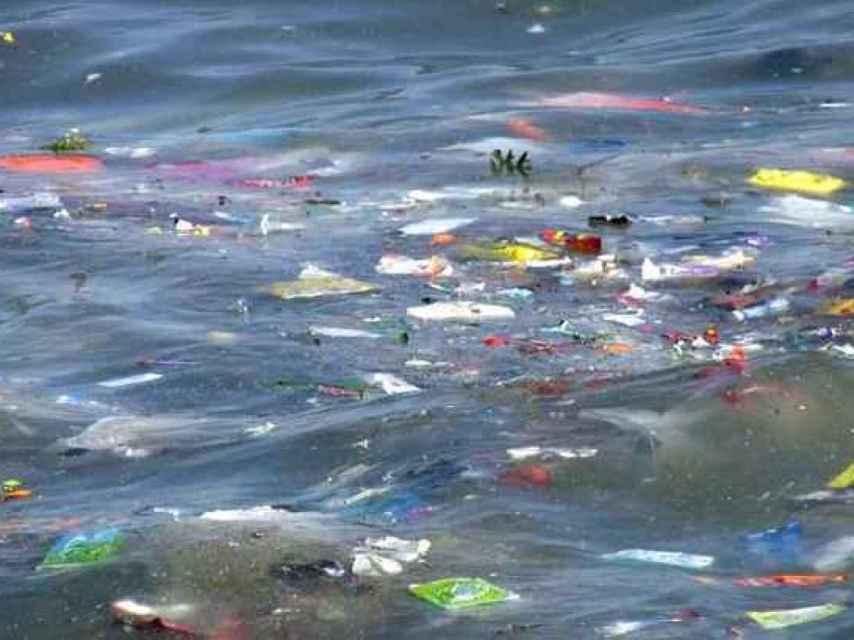 Restos de origen plástico en el agua del mar.