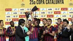 Carles Puigdemont entrega la Copa Catalunya de 2014 al Barça.