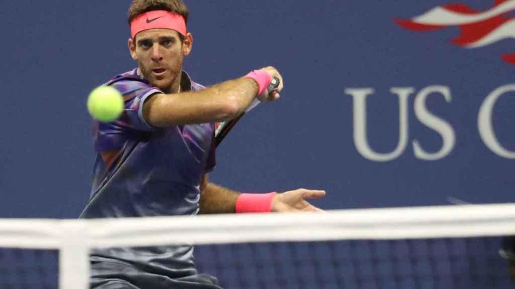 Del Potro, golpeando una derecha ante Federer.