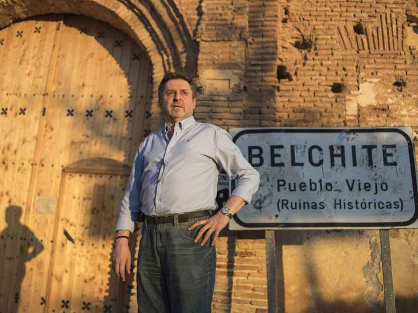 Carlos Bogdanich, a las puertas de Belchite viejo poco antes de anochecer.