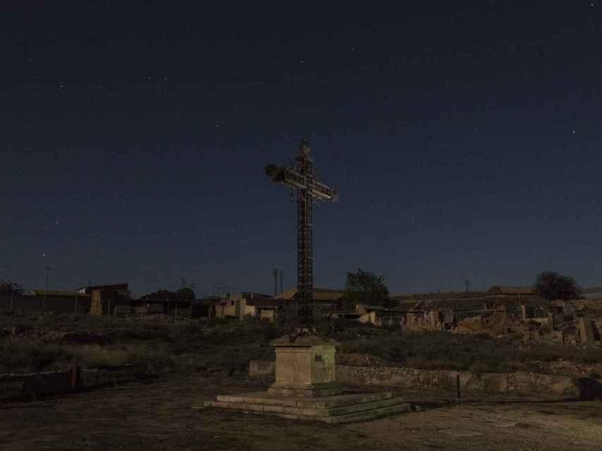 Franco ordenó colocar una gran cruz metálica en el lugar donde se quemaron a los caídos de la batalla de Belchite.