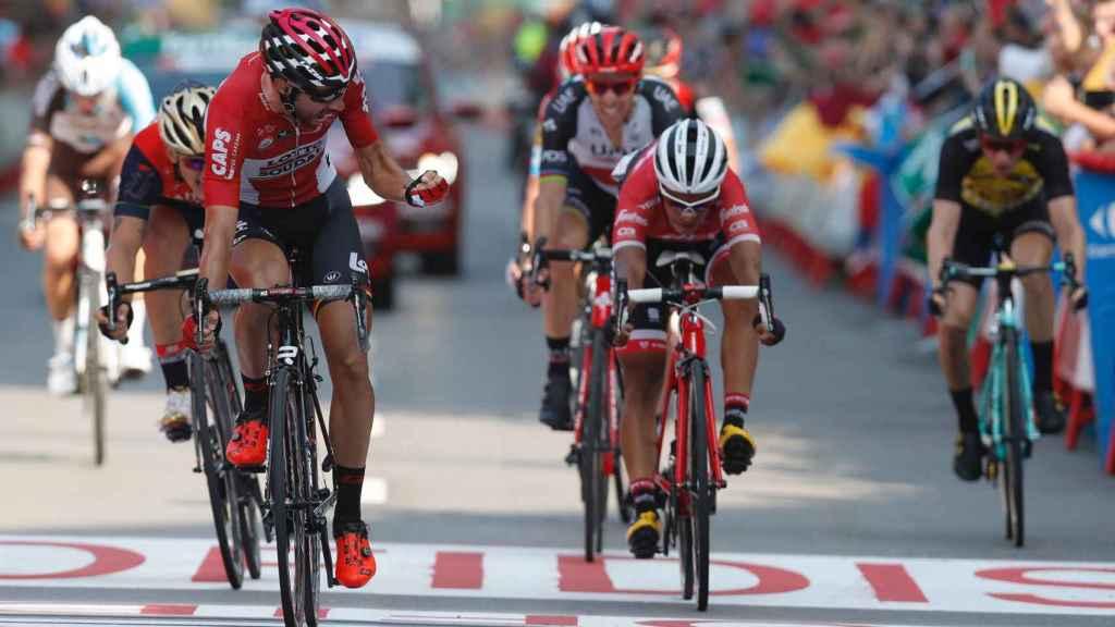 De Gendt cruza en primer lugar la línea de meta.