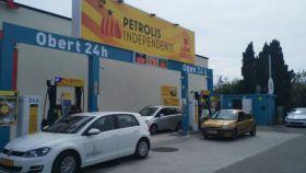 Una de las gasolineras de Petrolis Independents, abierta junto a un centro comercial.