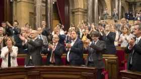 Puigdemont y Junqueras aplauden tras la aprobación de la ley.