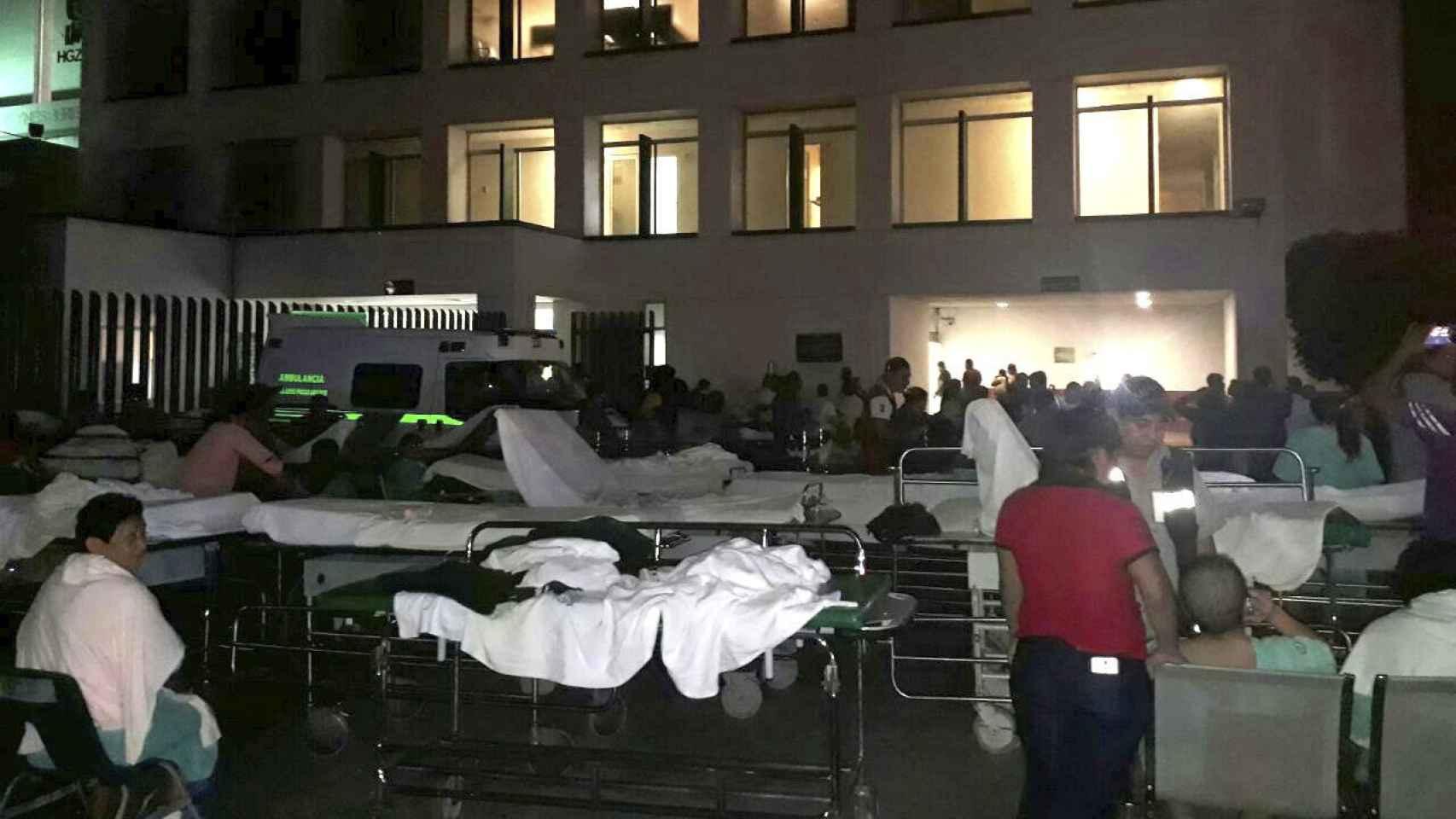 Pacientes y médicos de un hospital en Villahermosa ( México) permanecen fuera de las instalaciones tras el terremoto / Efe