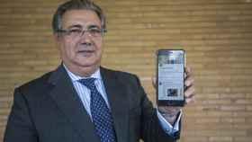 El ministro Juan Ignacio Zoido muestra su móvil con su cuenta de Twitter.
