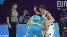 Doncic recibe un codazo en la entrepierna.