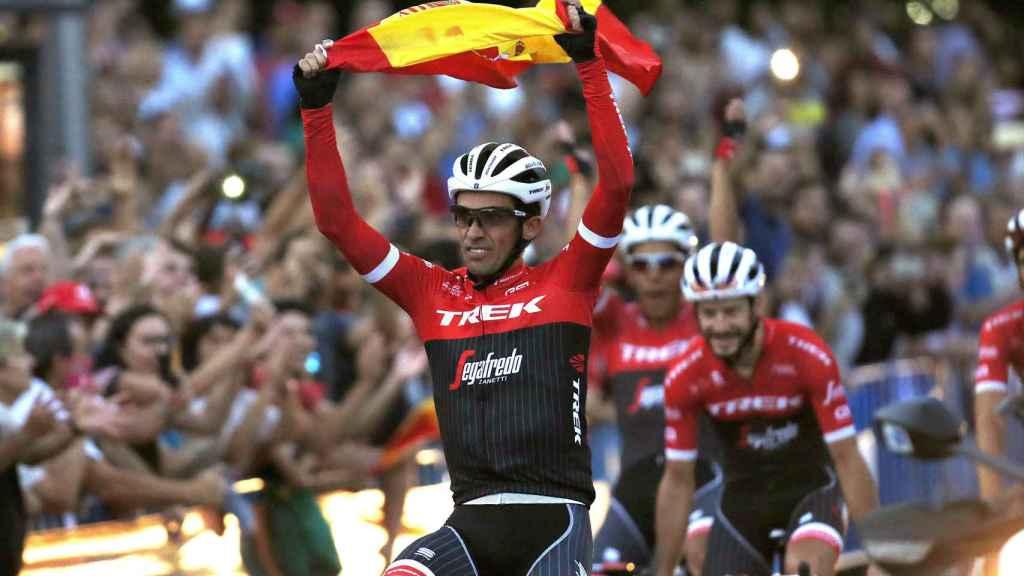 Contador se despide con la bandera de España.