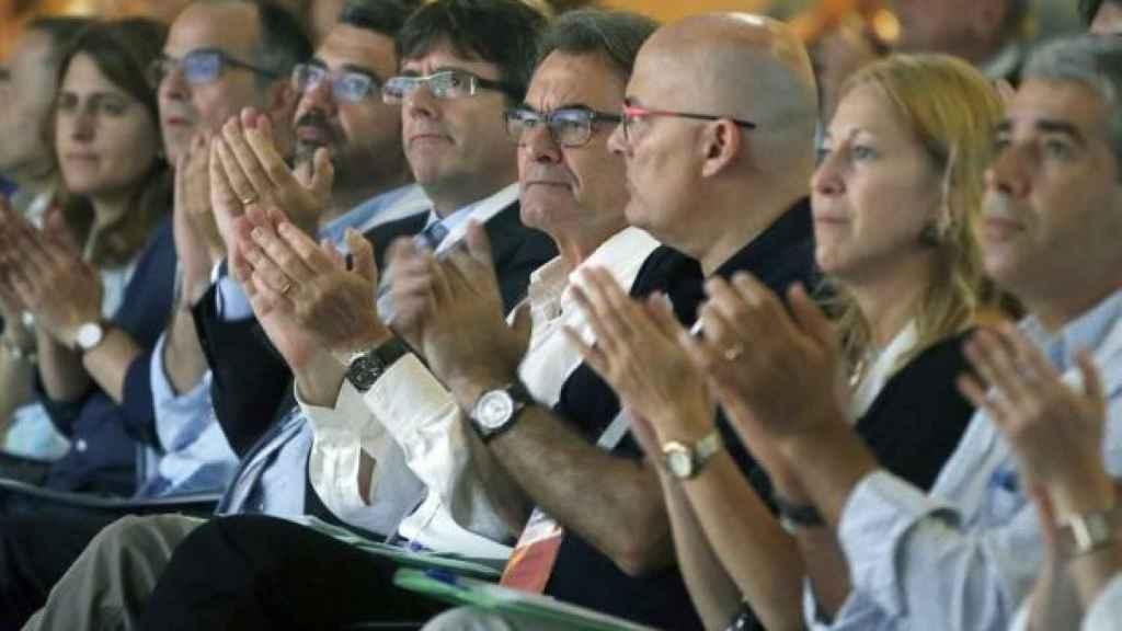 El presidente de la Generalitat, Carles Puigdemont, junto a su antecesor, Artur Mas.