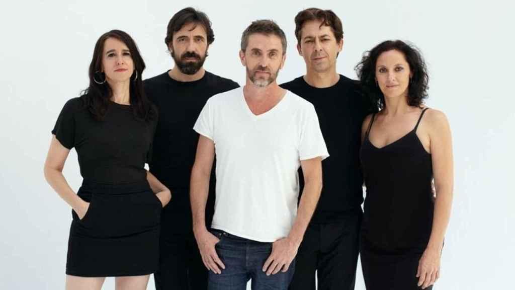 Foto del elenco de Ensayo con Pascal Rambert en el centro.