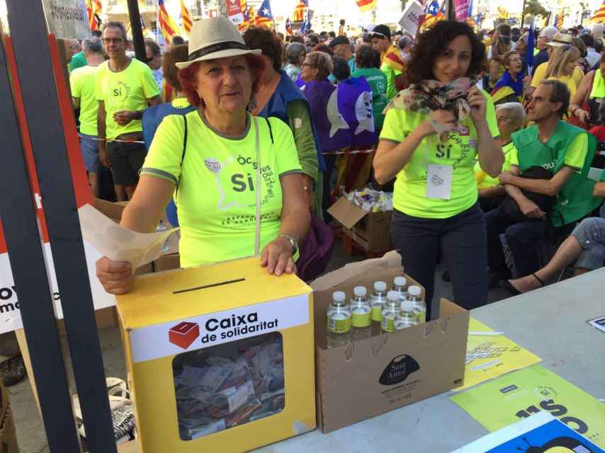 La gente da la voluntad por las botellas de agua.