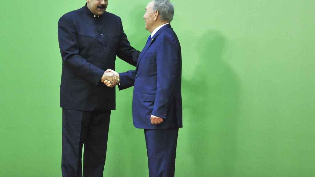 El presidente de Kazajistán, Nursultán Nazarbáyev da la bienvenida al presidente de Venezuela, Nicolás Maduro .