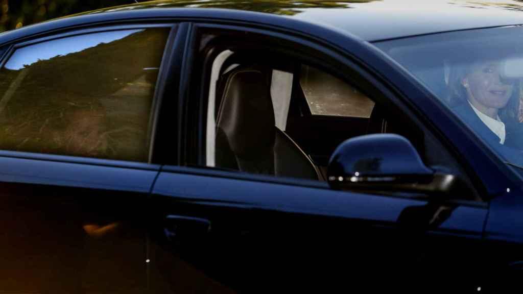 Letizia lleva a Leonor y Sofía, en el asiento de atrás, hasta su colegio en Aravaca.