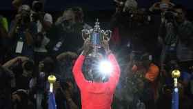 Nadal, posando ante los fotógrafos con el título de campeón del Abierto de los Estados Unidos.