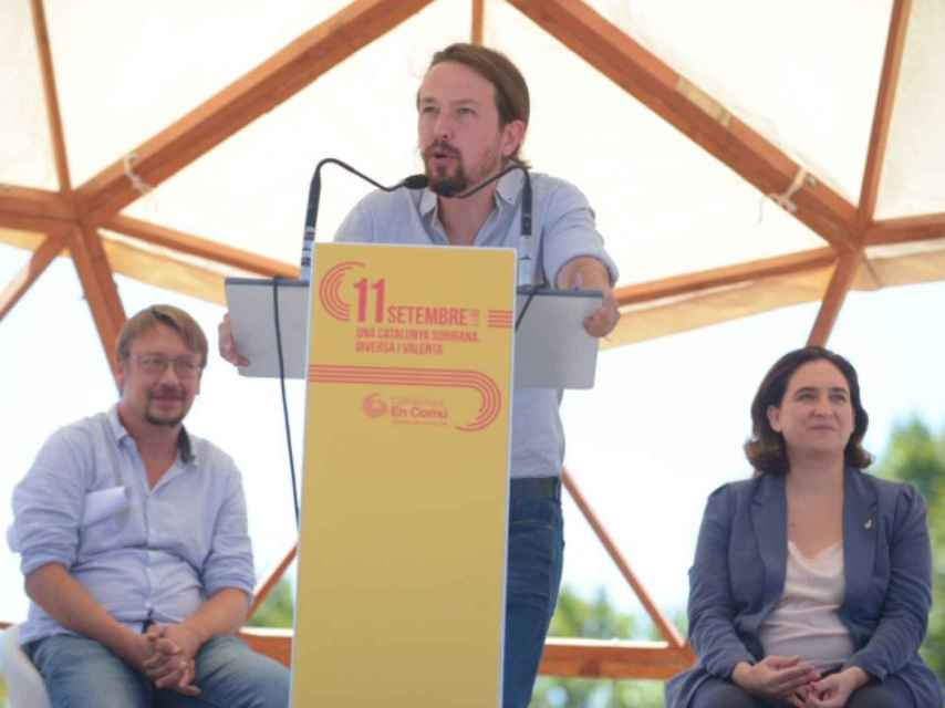 Iglesias, junto a Xavier Domènech, portavoz de En Comú Podem, y Ada Colau.