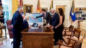 Trump y sus asesores revisan la trayectoria de Irma en el Despacho Oval