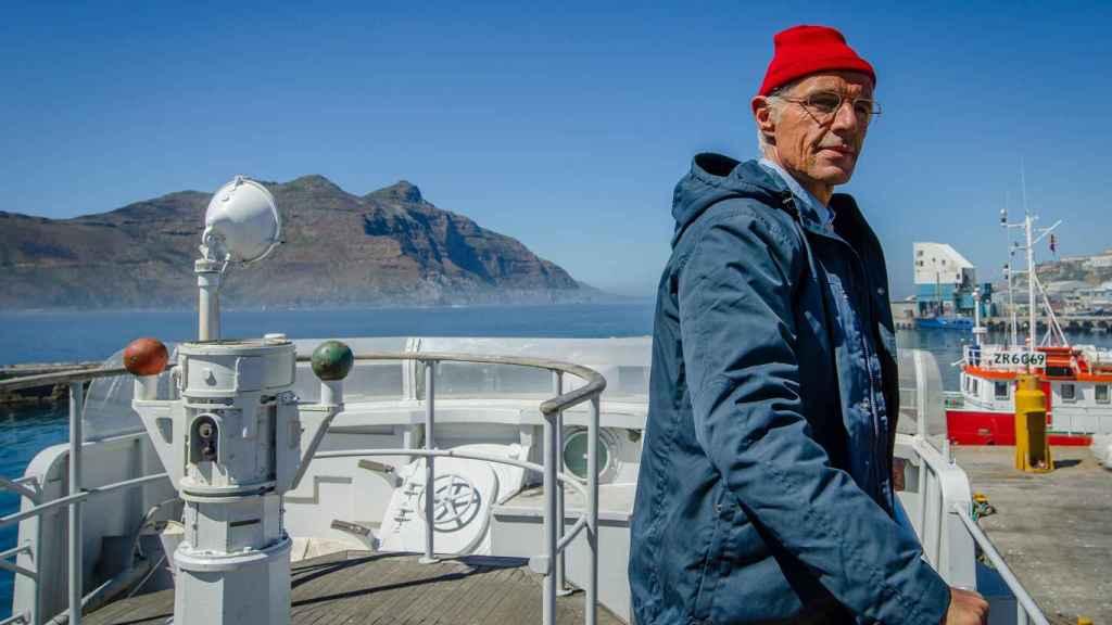 Lambert Wilson caracterizado como Jacques Cousteau.