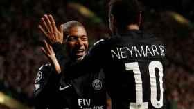 Neymar y Mbappé celebran un gol.