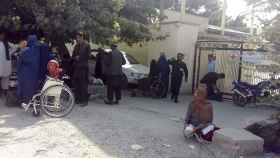 Pacientes son evacuados del hospital de la Cruz Roja de Mazar-e-Sharif tras el ataque