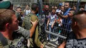 Manifestantes palestinos discuten con las tropas israelís.