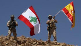 Los dos soldados libaneses ondearon las banderas tras conquistar una posición al Daesh.