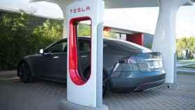 Un coche Tesla recargando su batería
