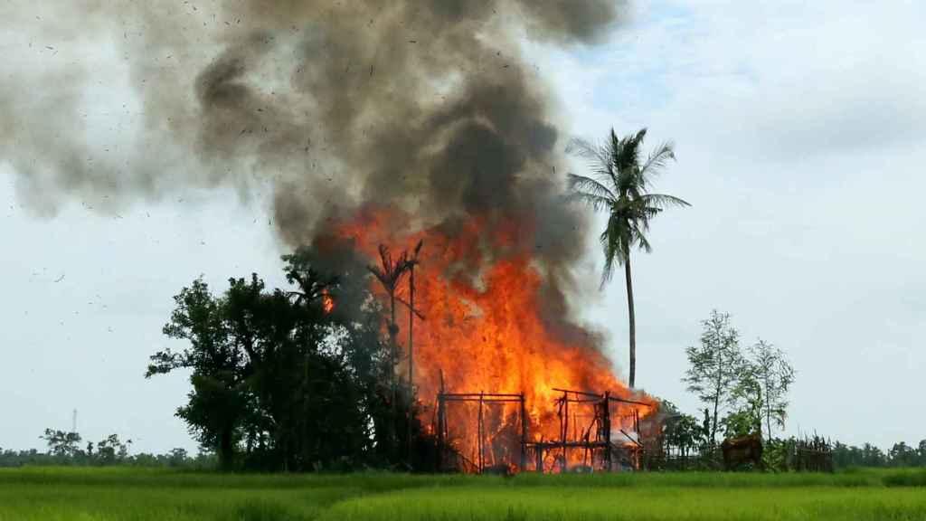 Una casa ardiendo en el estado de Rakhine.