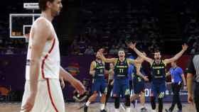 Pau Gasol decepcionado mientras Eslovenia celebra.