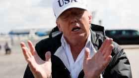 Trump atiende a la prensa a su llegada este jueves a Fort Myers, Florida