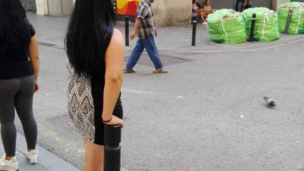 Las prostitutas captando clientes en la calle Robadors