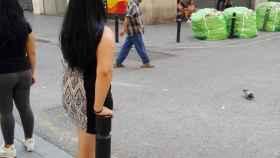 Las prostitutas captando clientes en la calle Robadors es una imagen clásica del Raval