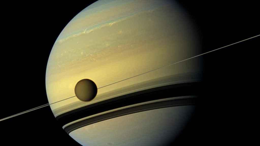 Imagen de Saturno y una de sus lunas, Titan, tomada por Cassini.